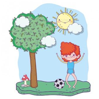 Śliczna dziewczyna bawić się piłkę nożną z drzewem
