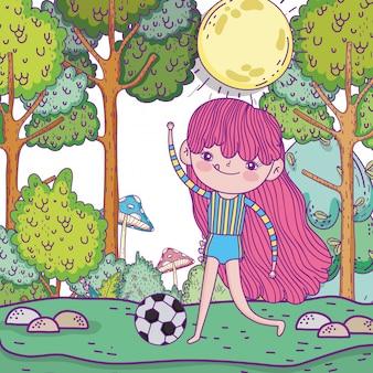 Śliczna dziewczyna bawić się piłkę nożną z piłką