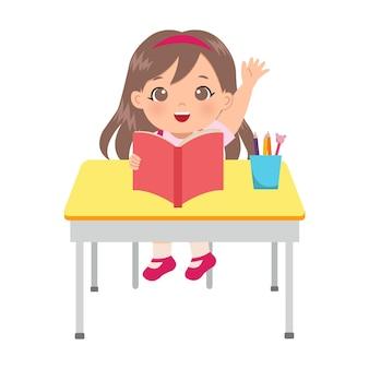 Śliczna dziewczyna podnosząca rękę w klasie, aby odpowiedzieć na pytanie