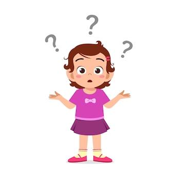 Śliczna dziewczyna pokazuje zdezorientowany wyraz ze znakiem zapytania