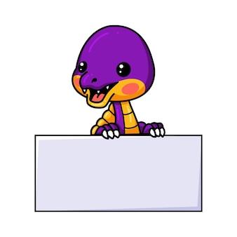 Śliczna fioletowa mała kreskówka dinozaura z pustym znakiem