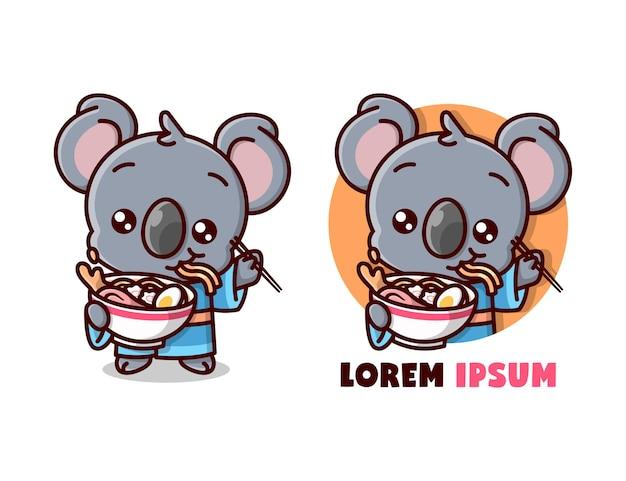 Śliczna koala w yukatie i jedzenie dużej miski ramen noodle. kartonowa maskotka.