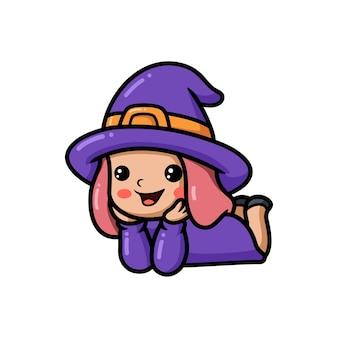 Śliczna mała czarownica dziewczyna kreskówka leżąc