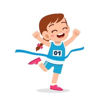Śliczna mała dziewczynka biegnie w maratonie i wygrywa and