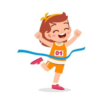 Śliczna mała dziewczynka biegnie w maratonie i wygrywa