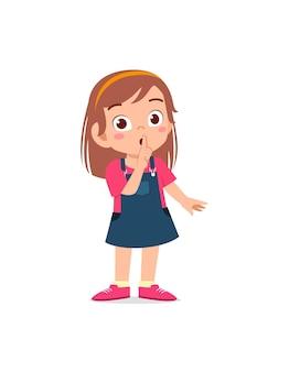 Śliczna mała dziewczynka pokazuje zamknięte usta z palcem w pozie