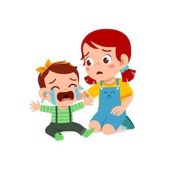 Śliczna mała dziewczynka próbuje pocieszyć płaczące rodzeństwo dziecka