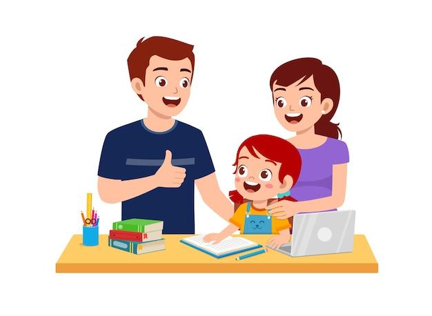 Śliczna mała dziewczynka studiuje razem z matką i ojcem w domu