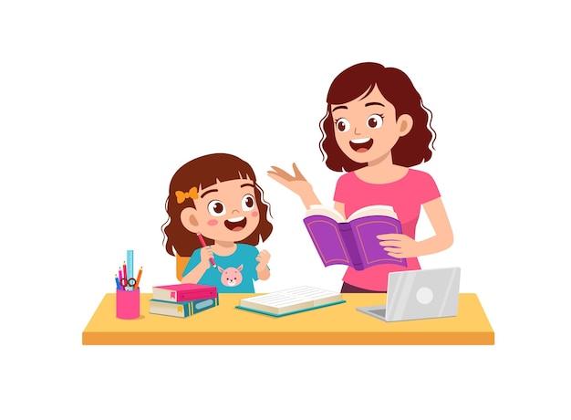 Śliczna mała dziewczynka studiuje razem z matką w domu