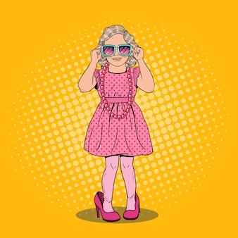 Śliczna mała dziewczynka w butach matek i okularach przeciwsłonecznych