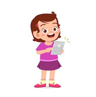 Śliczna mała dziewczynka za pomocą smartfona i internetu