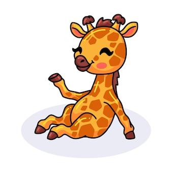 Śliczna mała żyrafa siedząca kreskówka