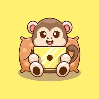 Śliczna małpa grająca na laptopie