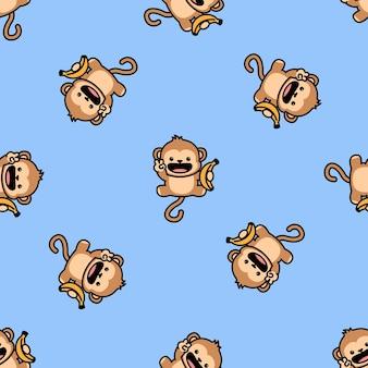 Śliczna małpa trzyma wzór banana kreskówka