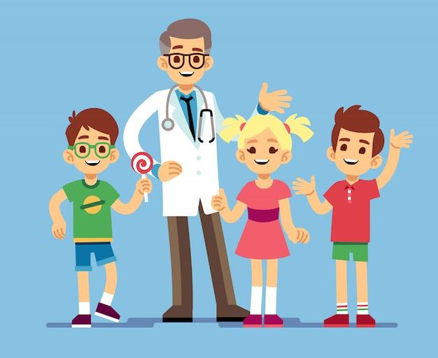 Śliczna męska pediatra lekarka i szczęśliwi zdrowi dzieciaki. opieka zdrowotna dla dzieci