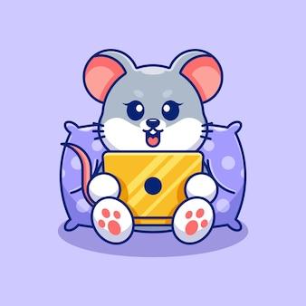 Śliczna mysz grająca na laptopie