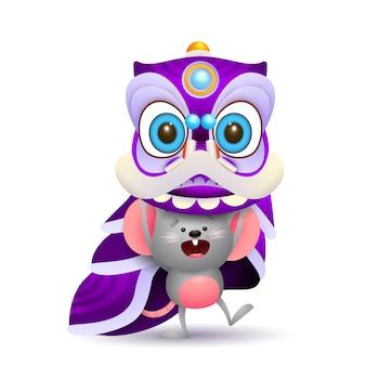 Śliczna mysz trzyma karnawałowego kostium
