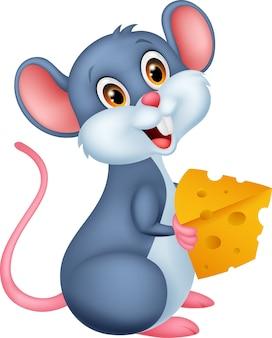 Śliczna mysz trzyma kawałek sera