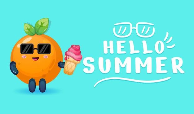 Śliczna pomarańcza trzymająca lody z letnim banerem powitalnym