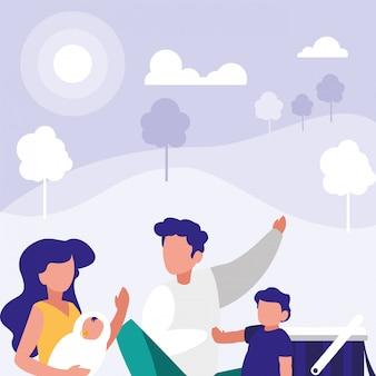 Śliczna rodzina w parkowej scenie naturalnej