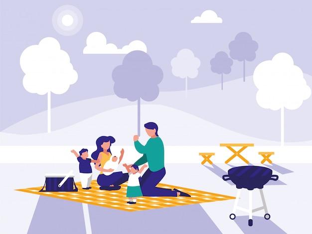 Śliczna rodzina w parku z pinkinem