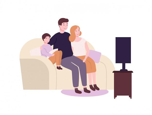 Śliczna śmieszna rodzina siedzi na kanapie lub kanapie i ogląda tv, film lub film. urocza radosna matka, ojciec i syn spędzają razem czas. rodzice i dziecko w domu. ilustracja kreskówka płaski.