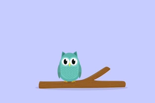 Śliczna sowa sama siedzi na patyku z drewna