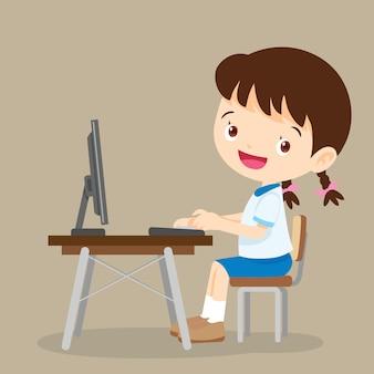 Śliczna studencka dziewczyna pracuje z komputerem