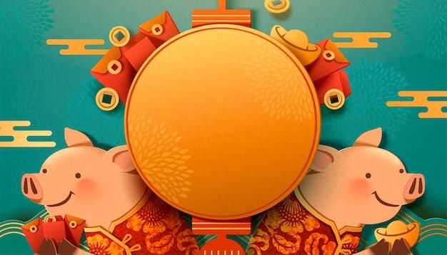 Śliczna świnka trzyma sztabki złota i czerwoną kopertę na turkusowym tle, pusta latarnia na powitanie