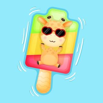 Śliczna żyrafa dla dzieci leżąca na boi do pływania na lodzie letnia kreskówka