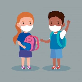 Śliczne dzieci noszące maskę medyczną, aby zapobiec koronawirusowi covid 19 z tornistra