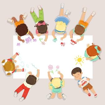 Śliczne małe dzieci leżące i rysujące na dużym papierze. kreskówki szczegółowa kolorowa ilustracja