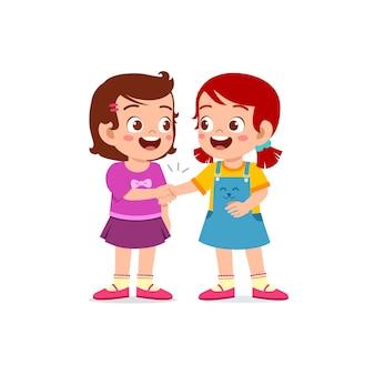 Śliczne małe dziecko dziewczynka uścisnąć dłoń ze swoim przyjacielem