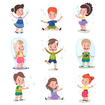 Śliczne małe dziewczynki i chłopcy dmuchanie i zabawy z baniek mydlanych, zestaw ilustracji kreskówek