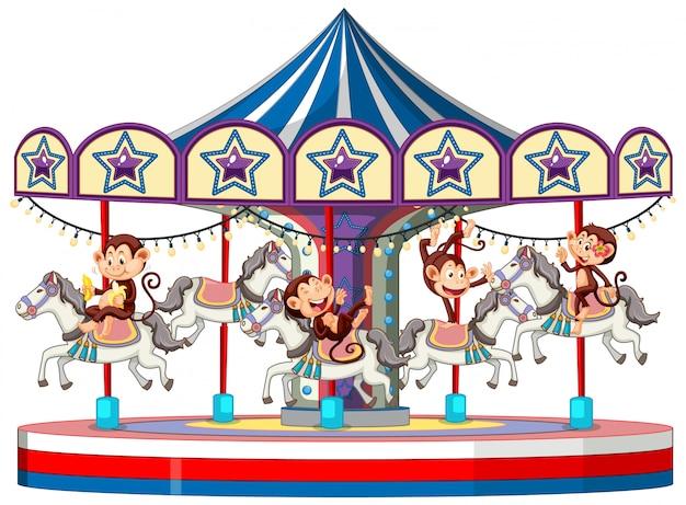 Śliczne małpy jedzie carousel na białym tle