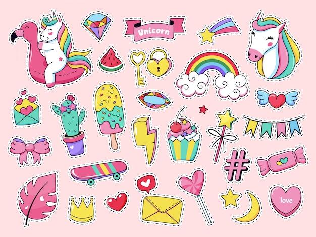Śliczne naszywki. magiczna moda doodle naszywki, bajkowy różowy tęczowy jednorożec, lody i słodkie cukierki zestaw ikon ilustracji. naklejka z kreskówkową dziewczyną, lody jednorożca wróżki