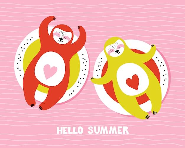 Śliczne zrelaksowane lenistwa na nadmuchiwanym kole. ręcznie rysowane ilustracji z napisem frazy witaj lato. kochająca para kreskówek zwierząt zrelaksować się w basenie lub na morzu. styl skandynawski