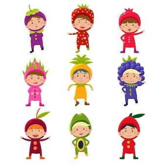 Śliczni dzieci w owocowych i jagodowych kostiumach ilustracyjnych