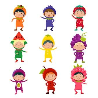 Śliczni dzieciaki w owocowych i jagodowych kostiumach ilustracyjnych