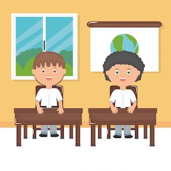 Śliczni mali studenccy chłopiec w sala lekcyjnej
