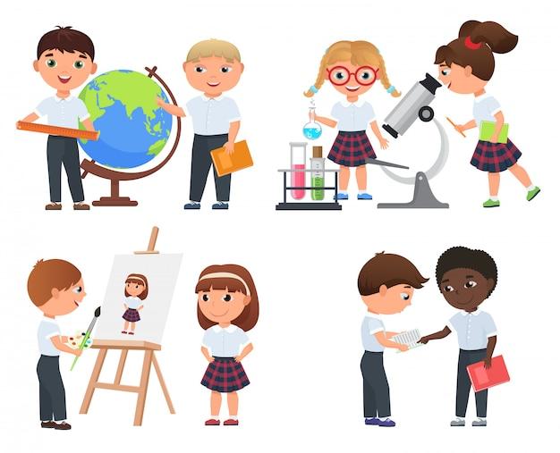 Śliczni uczniowie chłopcy i dziewczęta. dzieci w szkole.