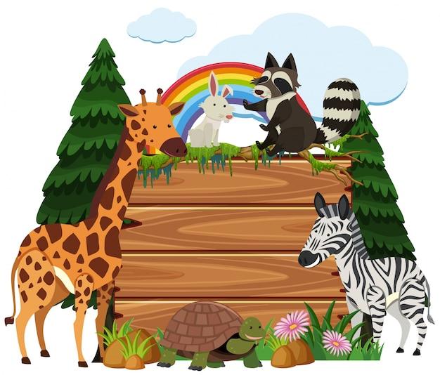 Śliczni zwierzęta wokoło drewnianej deski w parku