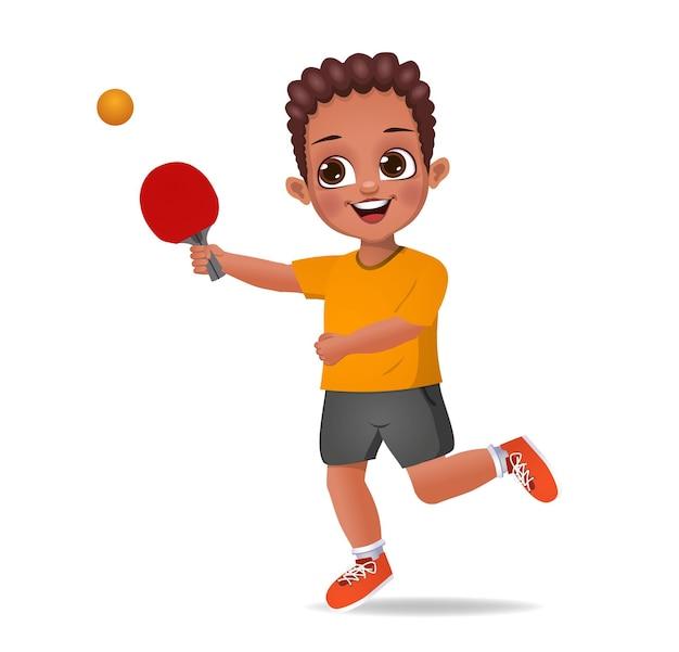 Śliczny chłopiec grający w tenisa stołowego