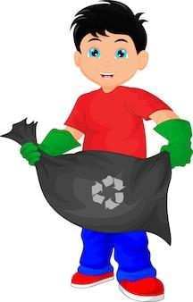 Śliczny chłopiec mienia torba na śmiecie