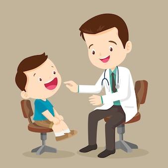 Śliczny chłopiec widzi doktora