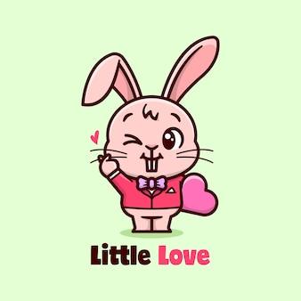 Śliczny królik w czerwonym kombinezonie przynosi serce i uśmiech