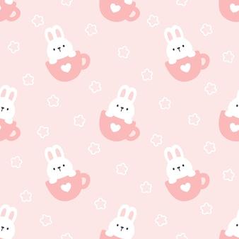Śliczny królik w filiżanki kawy bezszwowym deseniowym tle