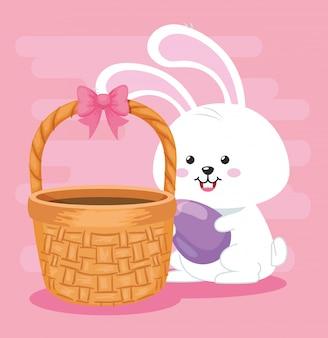 Śliczny królik z jajkiem i wiklinowym koszem