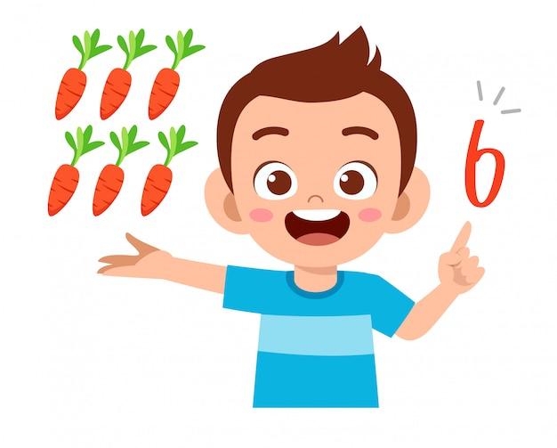 Śliczny małe dziecko chłopiec nauki matematyki liczby liczy warzywa