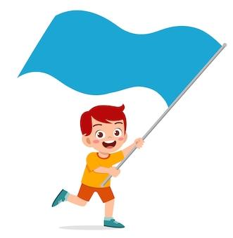 Śliczny mały chłopiec biegnie i trzyma flagę